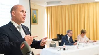 Die Richtung stimmt: Der Baselbieter Finanzdirektor Anton Lauber (links) präsentiert gemeinsam mit Finanzverwalter Roger Wenk (M.) und Baudirektorin Sabine Pegoraro das Budget 2017. Kenneth Nars