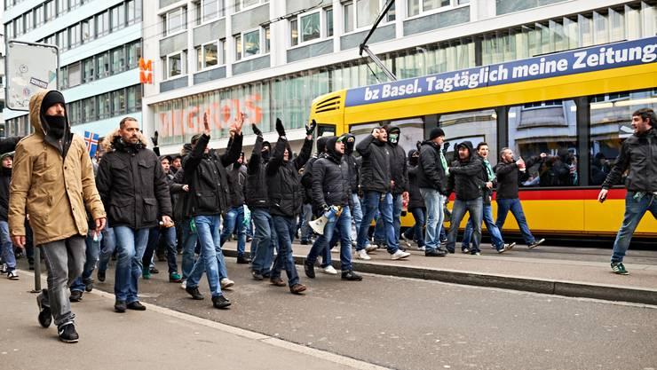 Saint-Etienne-Fans ziehen durch die Stadt.