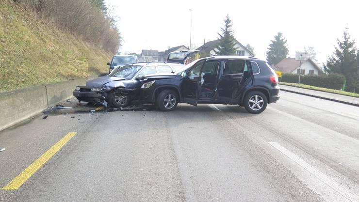 Aus noch unbekannten Gründen geriet ein Autolenker auf die Gegenfahrbahn und kollidierte frontal mit einem korrekt entgegenfahrenden Personenwagen.
