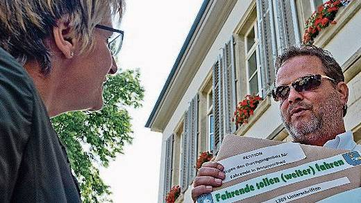 Fritz Beck (r.) überreichte im Juli 2013 die Petition gegen den Halteplatz.