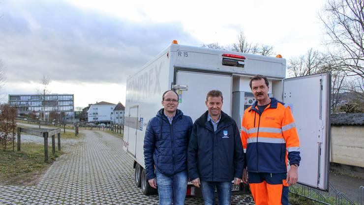 """Urs Weiss (Leiter Tiefbau), Gemeindepräsident Ueli Haller und Brunnenmeister Stefan Vatter vor der """"Seerose"""""""