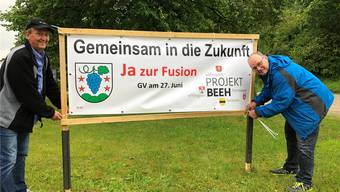 Pius Solèr aus Effingen (l.) und Ruedi Büchli aus Elfingen fixieren einen Banner.