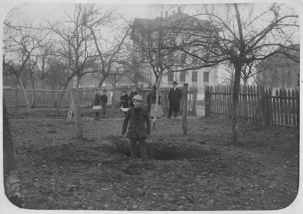 Der Bombenkrater im Obstgarten der Familie Balsiger. Beim Einsammeln der Bombensplitter kamen die Bewohner den Untersuchungsbehörden der Armee zuvor.