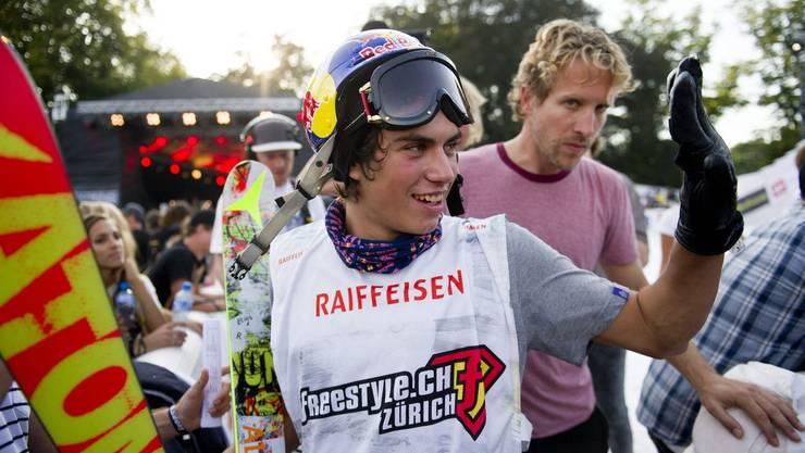 Der Schweizer Elias Ambühl freut sich über seinen Sieg am Freeski BigAir