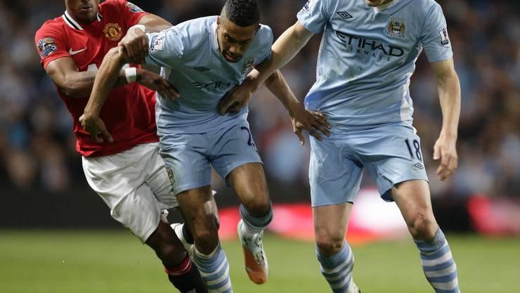 Manchester Citys Gael Clichy Mitte und Gareth Barry halten den Ball von Manchester Uniteds Nani fern