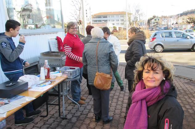 Gemeinderätin Pia Müller beobachtet die Spendenaktion!