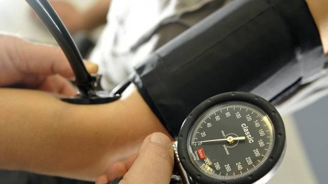 Einer Patientin wird der Blutdruck gemessen (Symbolbild)