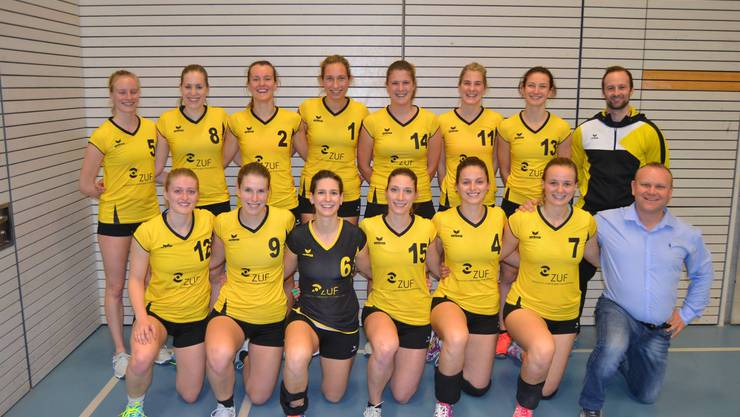 Für die erste Damenmannschaft wird es am Sonntag das erste Heimspiel im von Marc Hess (Zentrum für unabhängige Finanzberatung) (r.) neu gesponserten Dress sein.