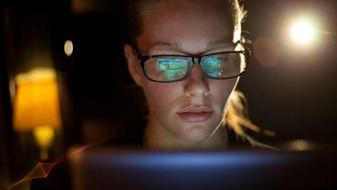 Eine gute Computerbrille filtert das von Bildschirmen ausgesandte Blaulicht weg.