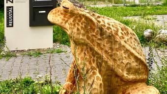 Die Holzkröte beim Zieglerhaus der Stiftung Reusstal in Rottenschwil