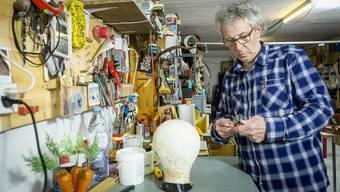 Mark Wetter stellt die Requisiten für seine Theaterstücke selber her. Seine Werkstatt ist vollgestopft mit Erinnerungen an die vergangenen 20 Jahre. Chris Iseli