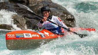 Melanie Mathys kämpft sich erfolgreich durch das Wasser und wird Zweite.