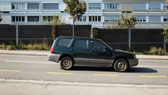 Lärmschutzwände an viel befahrenen Strassen sind eine Massnahme gegen Krach. Mit Flüsterbelägen würde das Problem aber an der Quelle bekämpft.