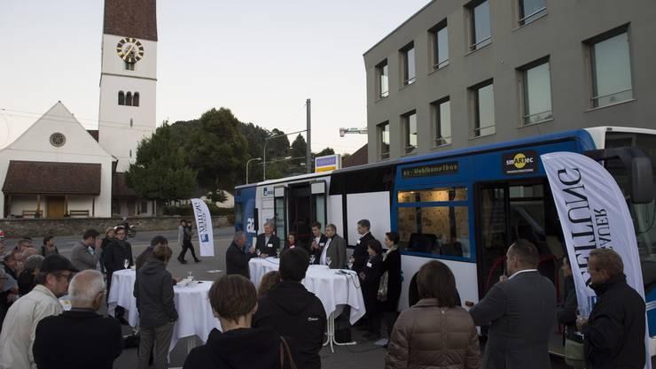 Erstmals beim az-Wahlkampfbus herrschte eine herbstliche Kälte. Dennoch kamen 50 Besucher nach Unterkulm.