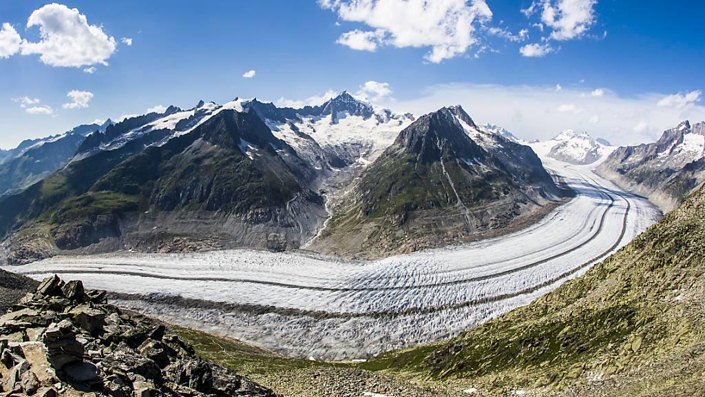 Weil die Gletscher schmelzen, wird die Abflussmenge an Wasser grösser. Blick auf den Aletschgletscher vom Eggishorn ob Fiesch VS aus. (Archivbild)