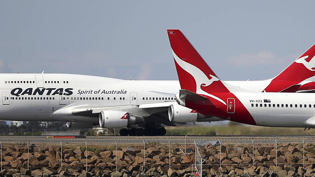 Die australische Fluggesellschaft Qantas legt fast ihre gesamte Langstreckenflotte still und passt damit die Kapazitäten der stark rückläufigen Nachfrage an. (Archivbild)