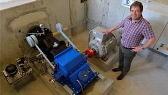 Armin Meier zeigt sein Kleinkraftwerk, links das Steuermodul, blau die Turbine, rechts der Generator.