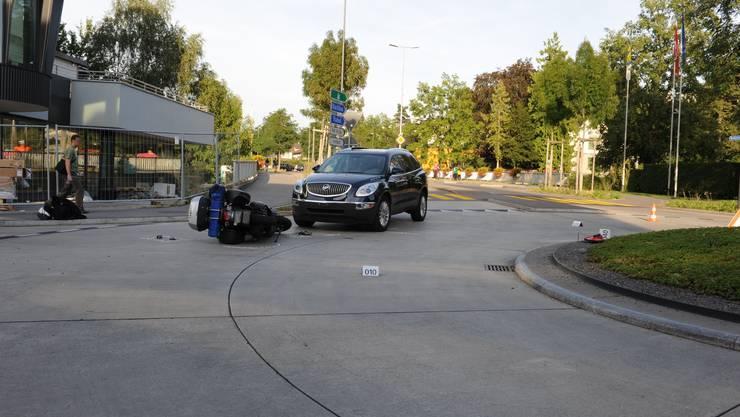 Als der Motorradfahrer in den Kreiseverkehr einbog, wurde er von einem Auto erfasst und stürzte zu Boden