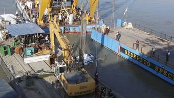 Ein Spezialkran hebt das vor fast zwei Wochen in der Donau bei Budapest gesunkene Touristenboot aus dem Wasser.