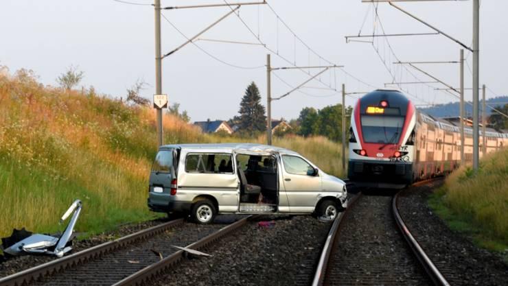 Glück im Unglück für einen Unfallfahrer im Kanton St. Gallen: Sein Auto kam auf der SBB-Strecke zum Stehen. Ein Lokführer konnte gerade noch rechtzeitig anhalten.