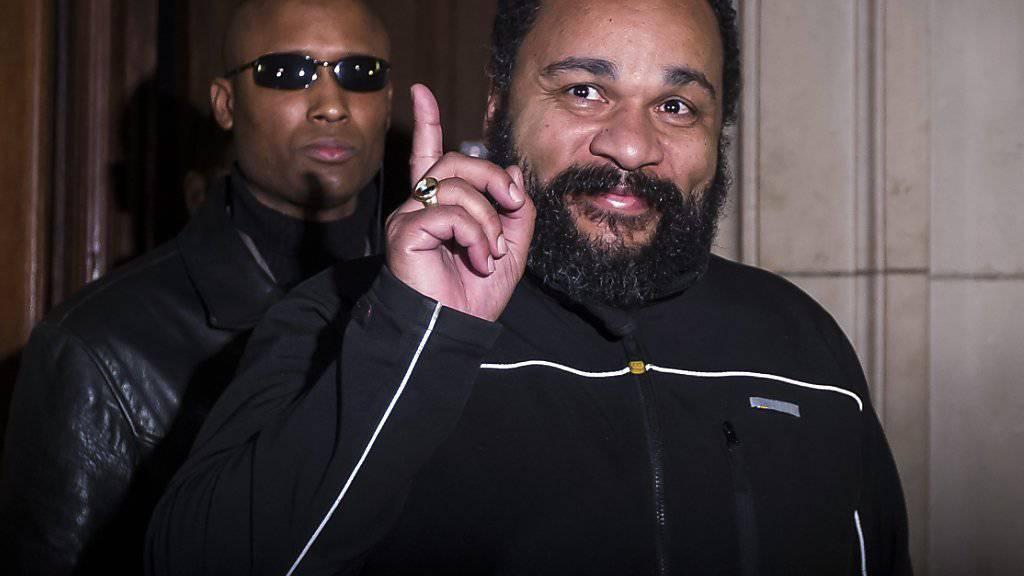 Dieudonné M'Bala M'Bala - hier im Februar beim Verlassen eines Gerichts in Paris - ist auch in Belgien wegen Hassreden verurteilt worden (Archiv).