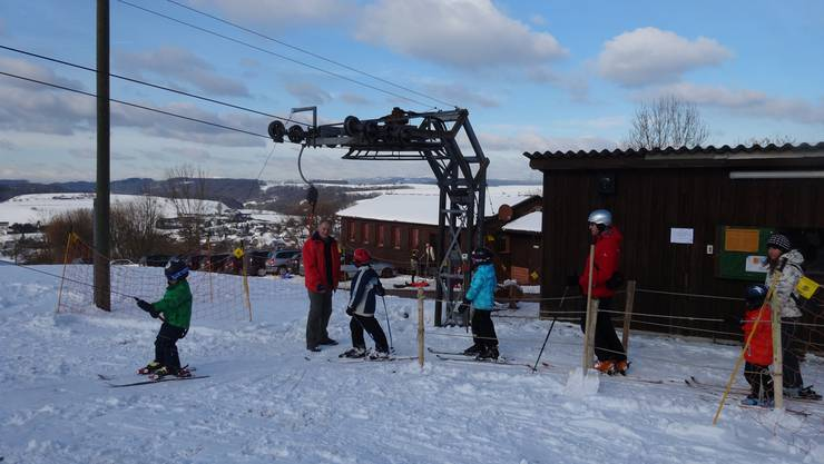 Ab heute ist wieder reger Betrieb rund um den Skilift Föhrlimatt in Wegenstetten. Letztmals erfreute man sich hier 2015 (Bild) am Wintersport. (Archiv)