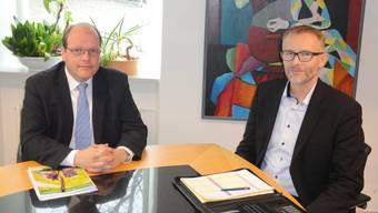 Alexander Bigler (l.) von der Raiffeisenbank Balsthal-Laupersdorf und Thomas Hunziker von der Raiffeisenbank Dünnerntal-Guldental präsentieren in Balsthal die Jahresbilanz 2017 der beiden Raiffeisenbanken im Thal.