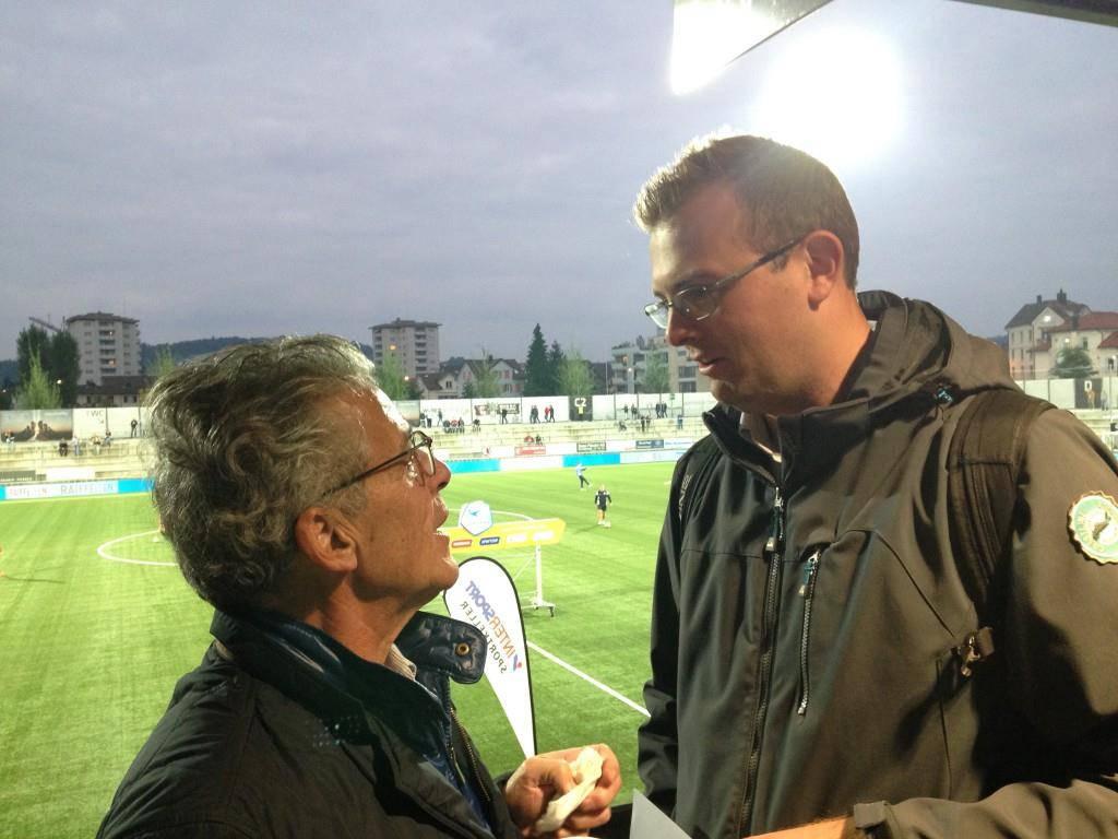 Vor dem Spiel: Dudle (rechts) im Gespräch mit einem Bekannten. (© FM1Today/Michael Ulmann)