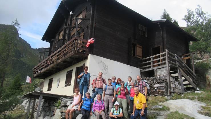 Gruppenfoto vor der Burg-Hütte