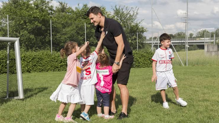 Vero Salatic auf dem Fussballplatz mit seinen vier Kindern Anastasija, Nikolaj, Dorotea und Mateja (v. l.) in der Nachbarschaft vom Zuhause seiner Familie.