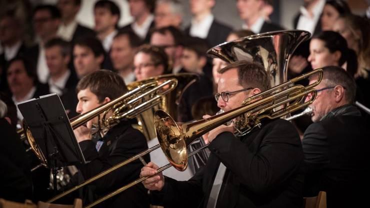 """Unter dem lateinischen Titel """"Gloria Excelsis Deo"""" konzertierten die beiden Chöre """"Coro Sonoro"""" und das """"Vokalensemble Cantemus"""" gemeinsam mit dem """"Blasorchester Baden Wettingen"""" in der Kirche St. Anton."""