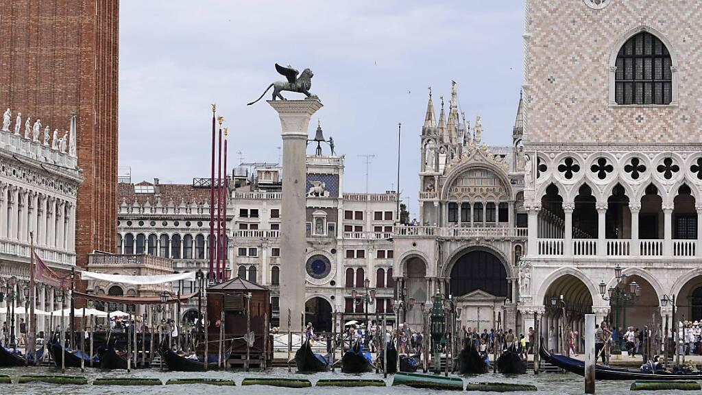 Ein Blick vom Wasser auf den Markusplatz in Venedig. Venedig und Budapest sind knapp einer Einstufung als bedrohtes Welterbe durch die Unesco entgangen. Trotz Sorgen über die beiden Kultur- und Naturstätten sah das zuständige Komitee am Donnerstag davon ab, sie auf die Rote Liste zu setzen. Foto: Luca Bruno/AP/dpa