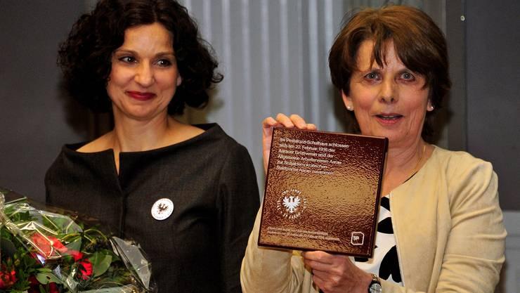 Stadtpräsidentin Jolanda Urech (r.) überreichte Parteipräsidentin Gabriela Suter eine Erinnerungstafel.