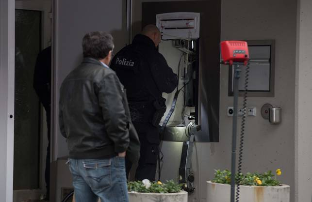 Sprengstoffexperten untersuchen den Tatort.