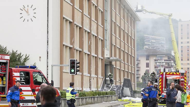 Nach dem Brand vom Montag bleibt das Schulhaus Crosets in Vevey VD monatelang geschlossen.