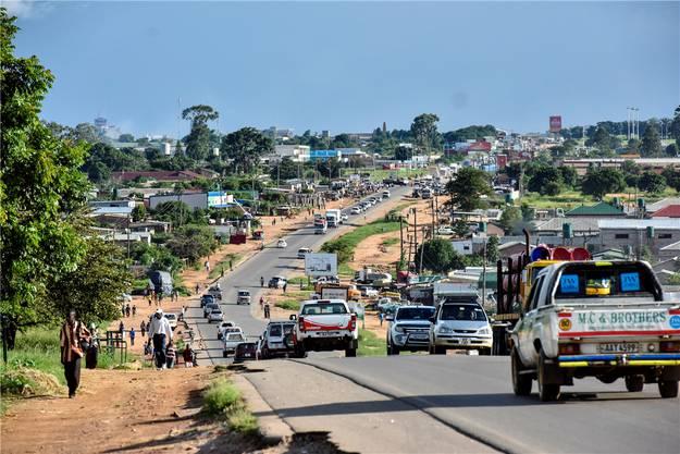 Auf Lusakas Strassen herrscht viel Verkehr.
