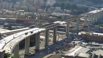 """In Genua schreitet der Bau der neuen Autobahnbrücke weiter voran. Die """"Morandi-Brücke"""" war im August 2018 eingestürzt und riss 43 Menschen in den Tod. In den letzten zwei Wochen wurden nun rund 8000 Kubikmeter Beton im Bauwerk vergossen."""