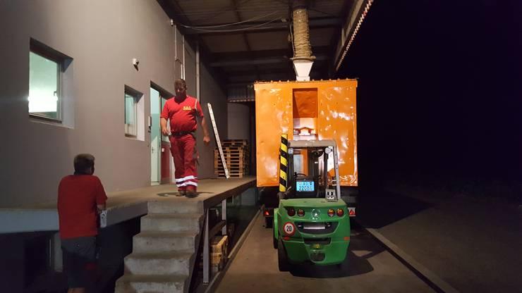 Auch nach der letzten Annahme geht die Arbeit weiter: Hanspeter Erne, Gemeindeammann von Leibstadt und N.A.F.-Geschäftsführer, holt die Getreideabgänge, um sie in eine Biogasanlage zu transportieren.