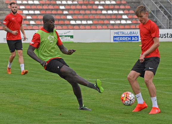 Garra Dembélé im Training gegen Teamkollege Rafael Disler