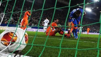 Valencias  Torhüter Vicente Guaita fischt den Ball aus dem Tor.