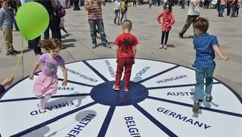 Die Super-Europäer: Anlässlich des «Europe Day» nehmen es Kinder auf einem Platz in Kosovos Hauptstadt Pristina spielerisch mit der EU auf.
