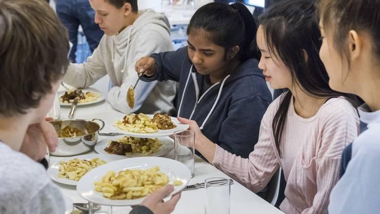 Von Dauerstress und verzweifelten, hungrigen Schülern ist in der Löwenscheune, der Mensa der Kantonsschule Wettingen, nichts zu merken.