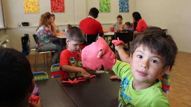 Spielerisch den Kindergarten entdecken: Im Kurs «Bereit für den Kindergarten» formen Kinder mit Knete bunte Figuren.