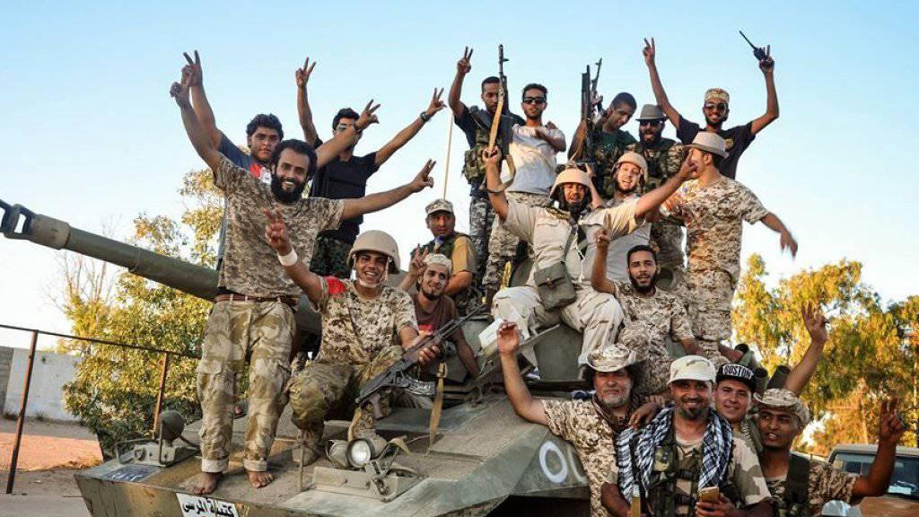 Libysche Kämpfer feiern die Rückeroberung von Teilen der Stadt Sirte von der Terrormiliz Islamischer Staat. (Archivbild)