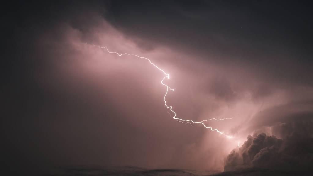 Viele Blitze und ein abgedecktes Dach in Eschenbach