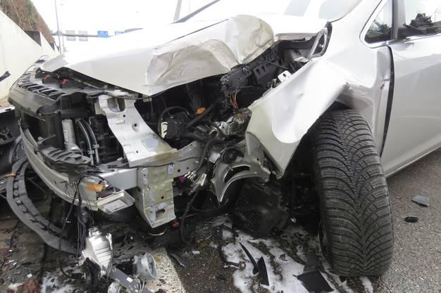 Der 80-jährige Automobilist erlitt dabei leichte Verletzungen.