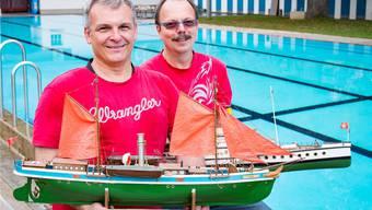 Vernarrt in Modellschiffe: 60 Jahre Schaufahren: Präsident des Modell-Schiffbau-Clubs Basel, Gustav Albiez (rechts), und Vizepräsident Roger Held.