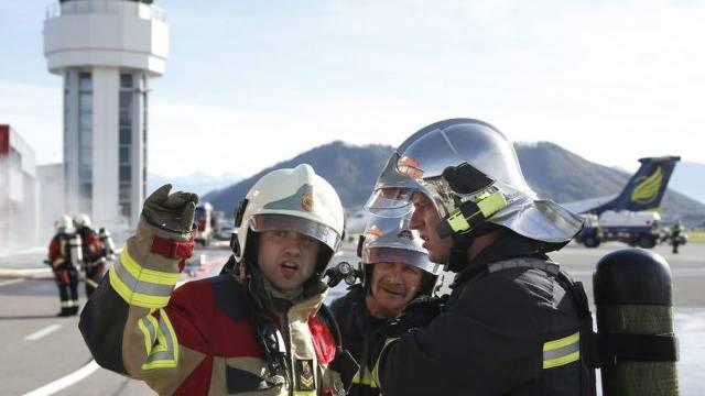 Feuerwehrmänner bei der Notfallübung auf dem Flughafen Bern-Belp
