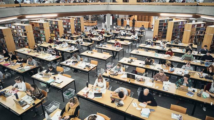 Einblick in die Universitätsbibliothek St. Gallen. Der Nationalrat forderte am Dienstag zusätzliche Mittel für die Bildung.