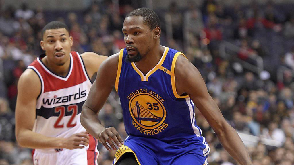 Superstar Kevin Durant (in blau) verletzte sich beim Gastspiel von Golden State in Washington